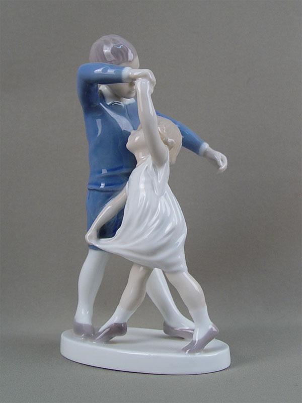 «Мальчик, танцующий смладшей сестрой», фарфор, роспись подглазурная. Дания, B&G, высота— 21см