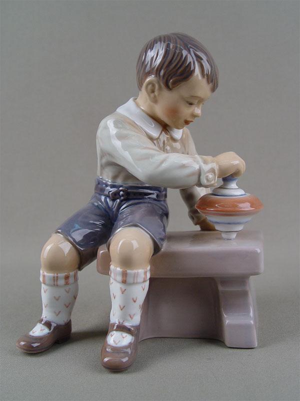 «Мальчик сюлой», фарфор, роспись подглазурная. Дания, Копенгаген, середина XXвека высота— 18см