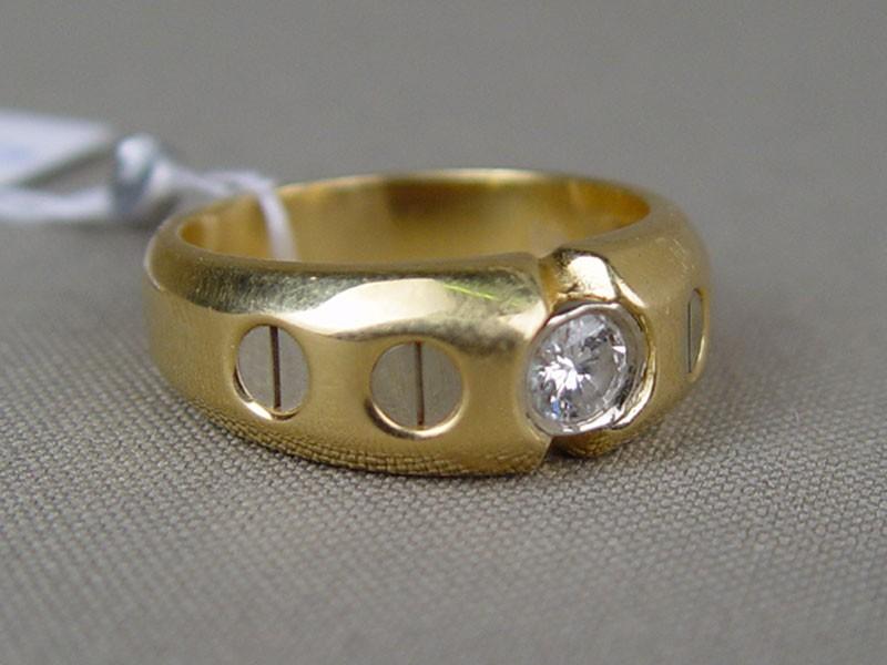 Кольцо, золото пореактиву (750пробы), общий вес— 12,9г. Вставки: 1бриллиант (Кр57— 0,34ct 7/7), размер кольца 20,5
