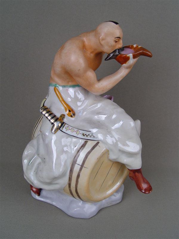 Скульптура «Тарас Бульба» («Казак набочке»), фарфор, роспись. Городница, 1957год, автор— В.Щербина, высота— 23см