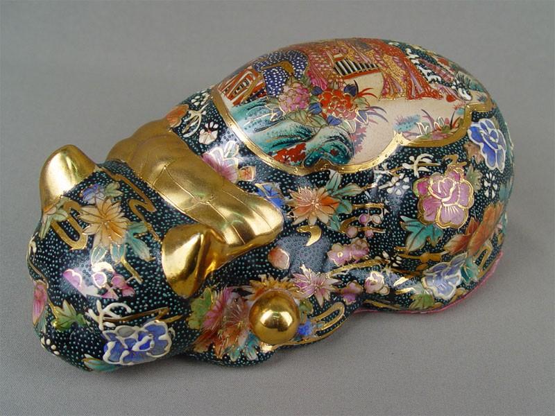 «Лежащая кошка», фарфор, роспись, позолота. Япония, конец XXвека, длина— 26см
