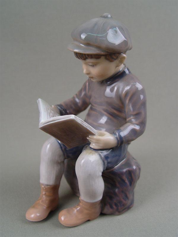 «Мальчик читает книгу», фарфор, роспись подглазурная. Дания, Copenhagen, B&G, высота— 15см