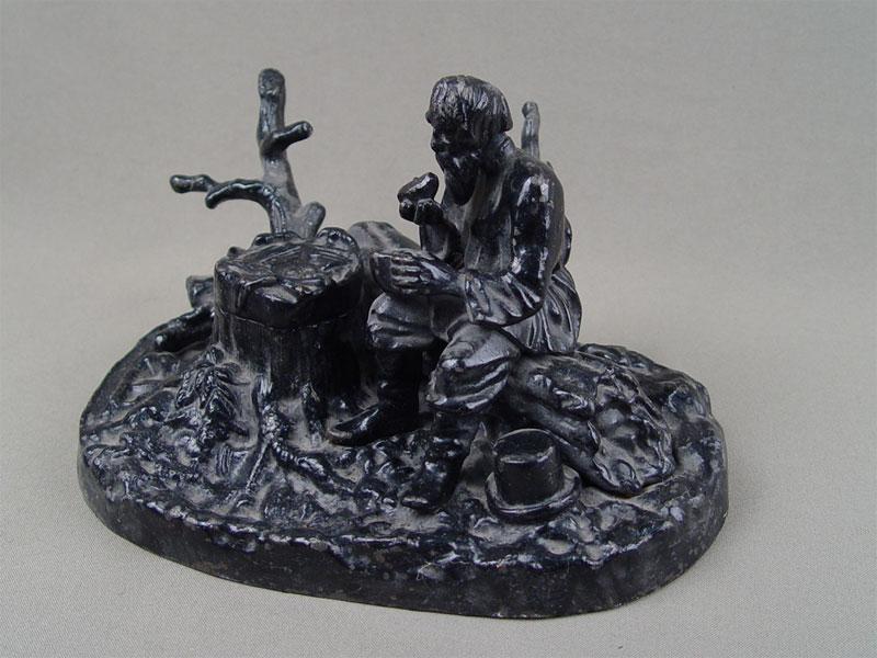 Антиквариат. Чернильница «Мужик на бревне», чугун, литье, покраска. Касли