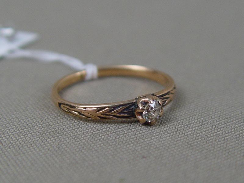 Кольцо, золото пореактиву, общий вес— 1,7г. Вставки: 1бриллиант (1бриллиант «Старой» огранки— 0,17ct 5/6), размер кольца 17,75