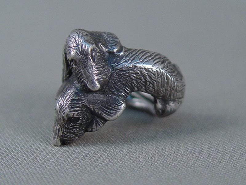 Кольцо «Две таксы», серебро пореактиву, общий вес— 19,6г, размер кольца 17,5