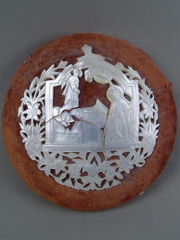 Настенное панно «Благовщение», перламутр, резьба, бархат, диаметр— 17,5см (утраты)