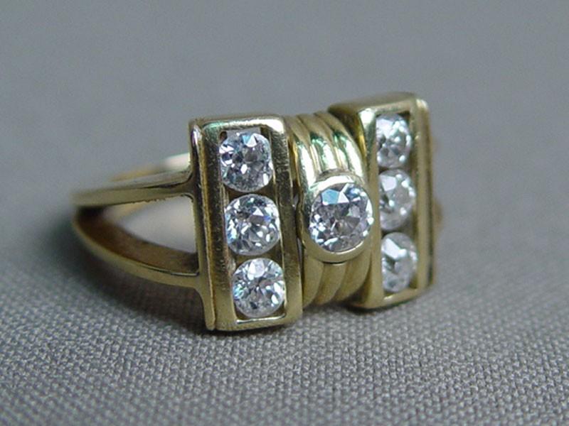 Кольцо, золото 750пробы пореактиву, общий вес— 7,7г. Вставки: бриллианты (1бриллиант «Старой» огранки— 0,29ct 4/4; 6бриллантов «Старой» огранки— 0,90ct 4/5), размер кольца 16,5