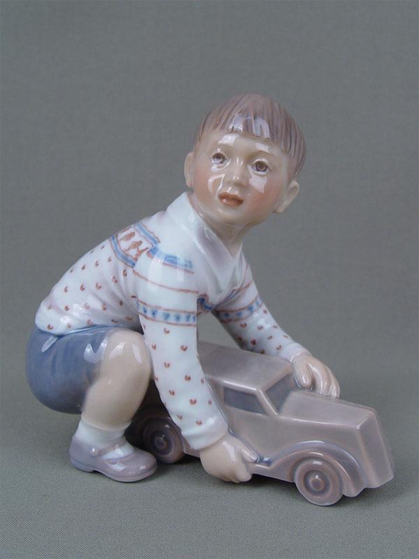 «Мальчик смашинкой», фарфор, роспись. Дания, Копенгаген, высота— 15см