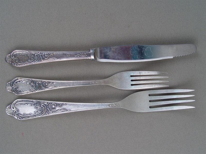 Комплект: столовый нож, столовая вилка, десертная вилка, серебро 875пробы, общий вес— 158г