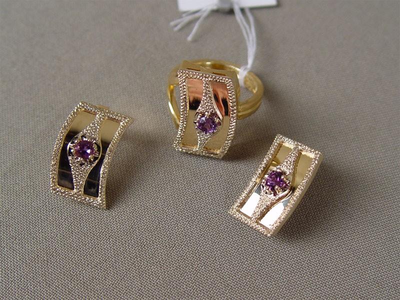Комплект: серьги икольцо, золото 750пробы, аметисты, общий вес— 28,3г, размер кольца 17,5