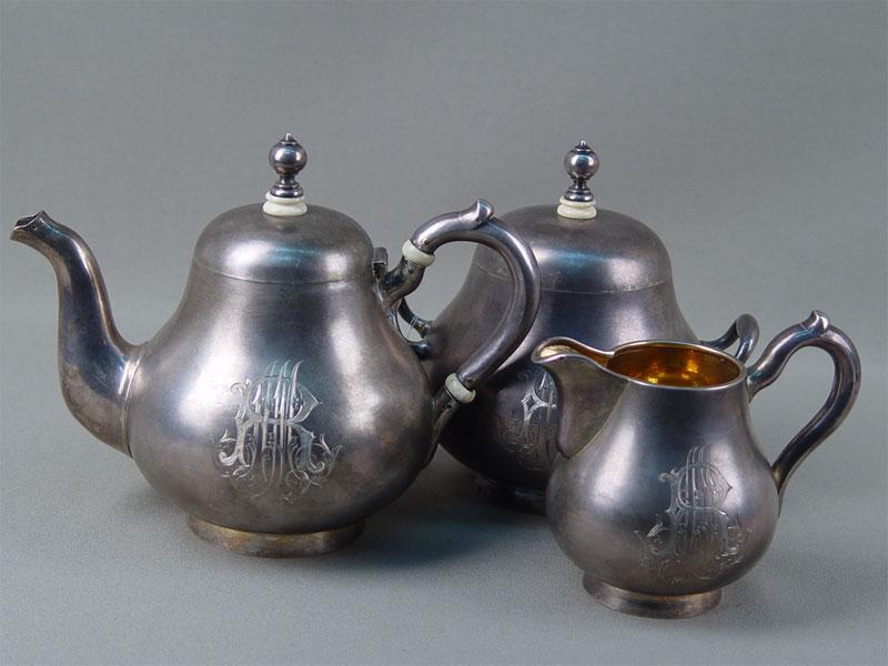 Набор чайный (чайник, сахарница, сливочник), серебро 84пробы, позолота, гравировка, общий вес— 1013г