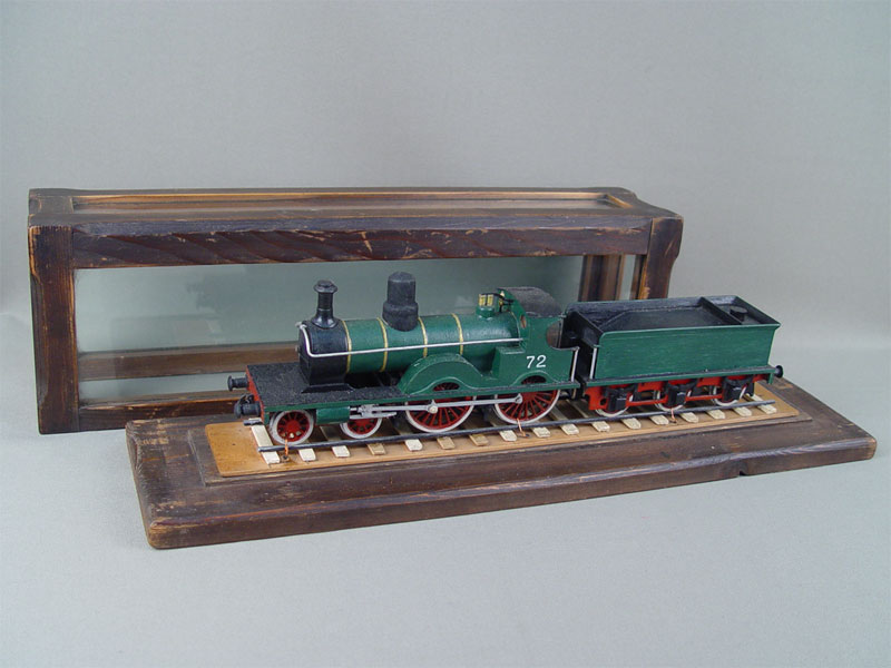 Модель паровоза в футляре, металл, дерево, стекло, длина 43см