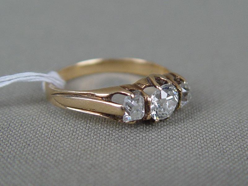 Кольцо, золото 56пробы, общий вес— 3,0г. Вставки: бриллианты (1бриллиант «Старой» огранки— 0,62ct 7/8; 2бриллианта «Старой» огранки— 0,56ct 4/6), размер кольца 17,0