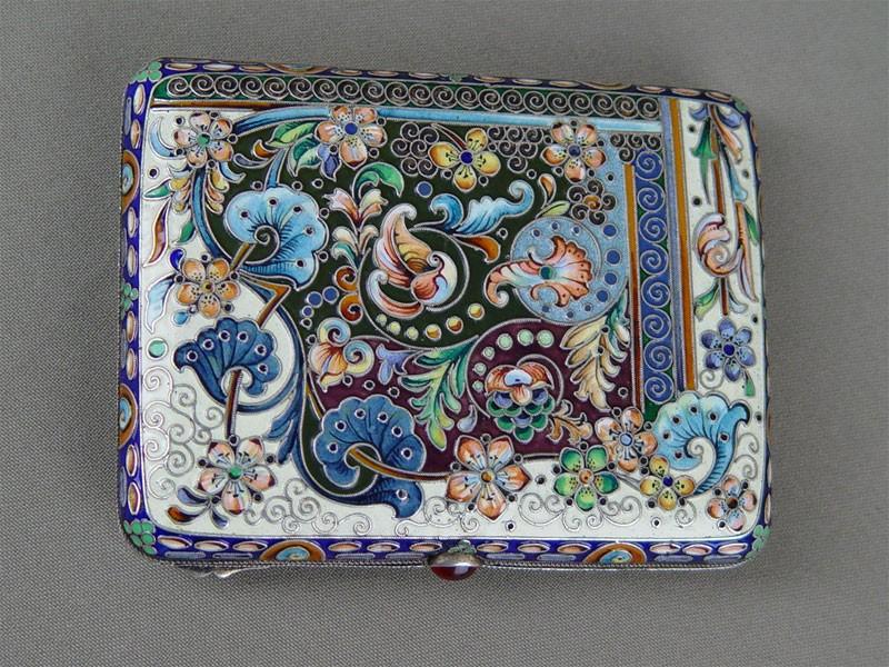 Портсигар, серебро 84пробы, общий вес— 204г, расписная эмаль поскани (15цветов). Россия, клеймо «26артель», размер: 10,2×7,7см