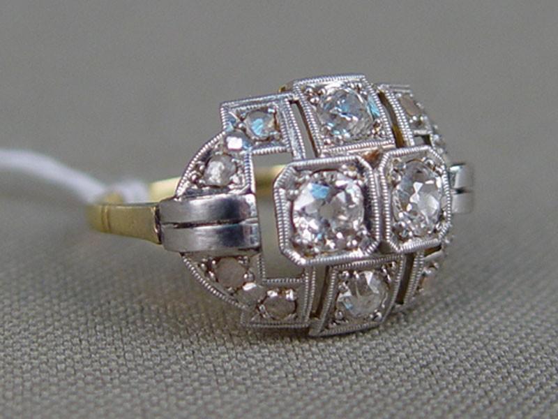 Кольцо, золото пореактиву (18к, 750пробы), общий вес— 3,7г. Вставки: бриллианты (4бриллианта «Старой» огранки— 0,624/5); 8алмазов «Роза», размер кольца 15,75