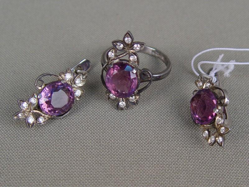 Комплект: серьги икольцо, серебро 925пробы, общий вес— 10,3гр; аметисты, б/цветные стекла, размер кольца 18,0