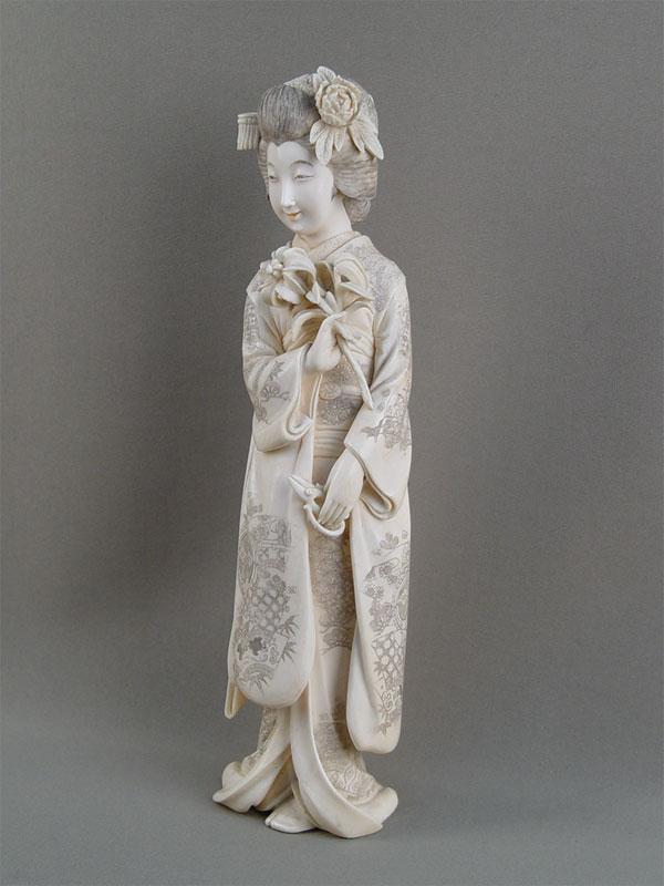 Окимоно «Гейша сцветком», кость, резьба. Япония, конец XIX— начало XXвека, высота— 31,5см