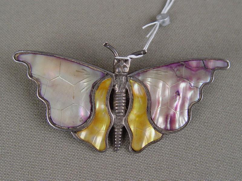 Брошь «Бабочка», серебро пореактиву, общий вес— 10,2г, перламутр.
