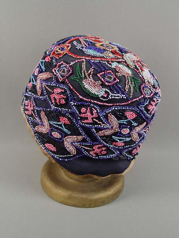 Шляпка-клош дамская надеревянной подставке, вышивка бисером, 1930-е годы