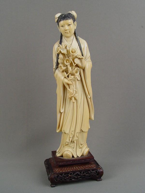 «Китаянка сцветком», кость, резьба, подставка— дерево, высота— 32см
