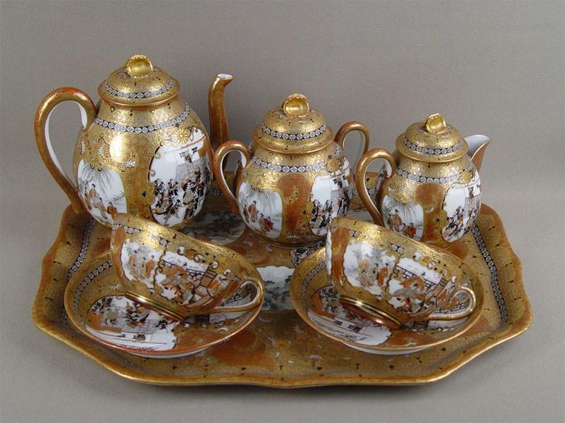 Сервиз чайный надве персоны (поднос, две чайные пары, сахарница, чайник, сливочник), фарфор, роспись, золочение. Япония, конецXIX— начало XXвека, мастерские Кутани