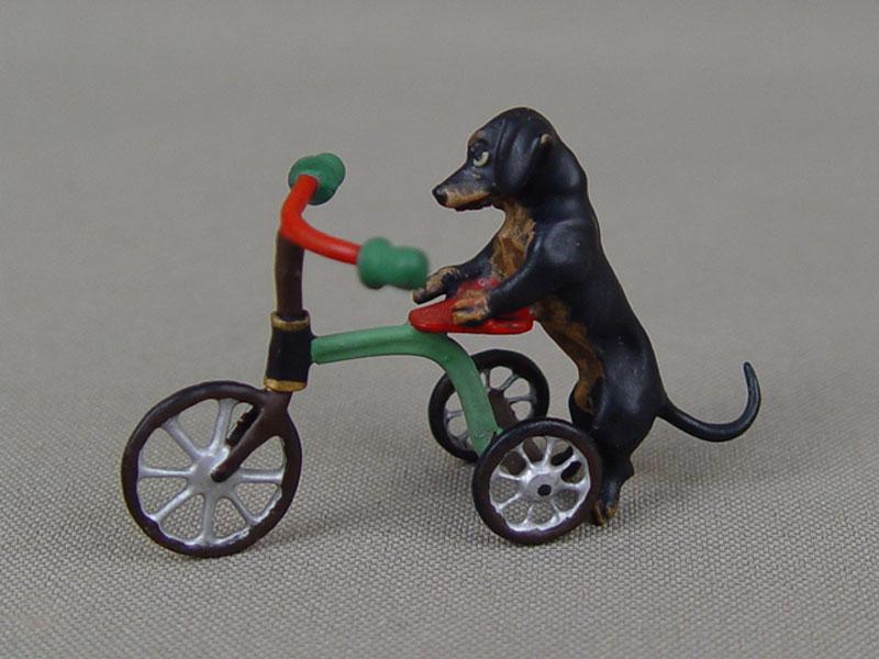«Такса итрехколесный велосипед», «венская бронза», длина— 5,5см