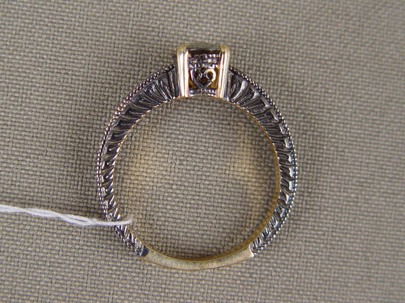 Кольцо, золото 585пробы, общий вес— 4,11г. Вставки: 1демантоид («Овал», ~1,0ct), размер кольца 17,0