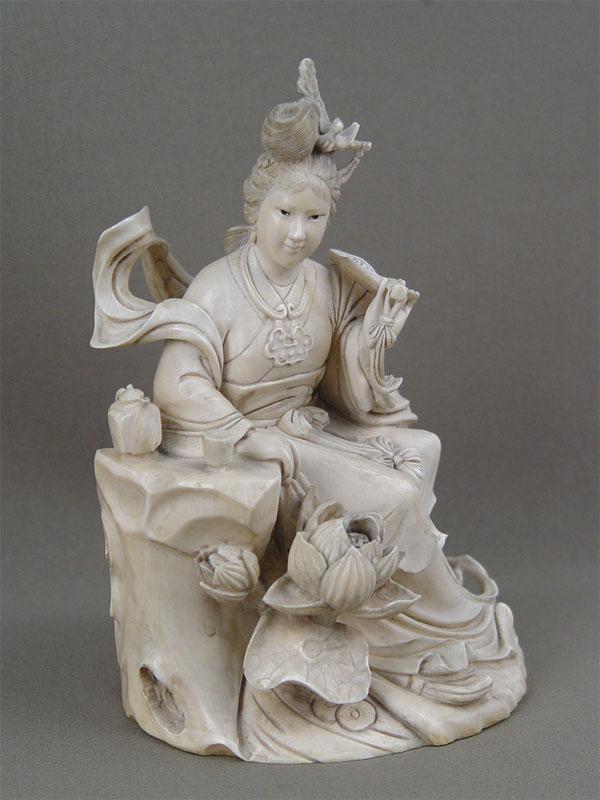 «Девушка зачайным столиком», кость, резьба. Китай, начало XXвека, высота— 18см