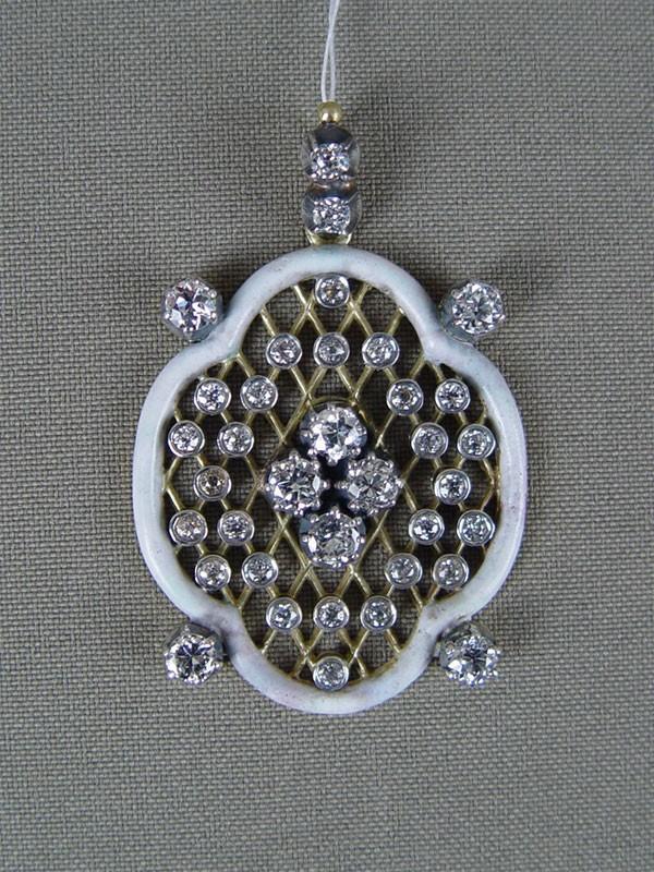 Подвеска, золото 750пробы пореактиву,эмаль, общий вес— 15,9гр. Вставки: бриллианты (8бриллиантов Кр58— 2,15ct 3—4/4—5; 28бриллиантов Кр58— 0,98ct 4/4—6)