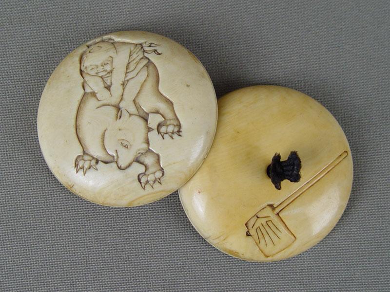 Нэцкэ-мандзю «Мальчик итануки (барсук-оборотень)», кость, резьба. Япония, конец XIX— начало XXвека, диаметр— 6,5см