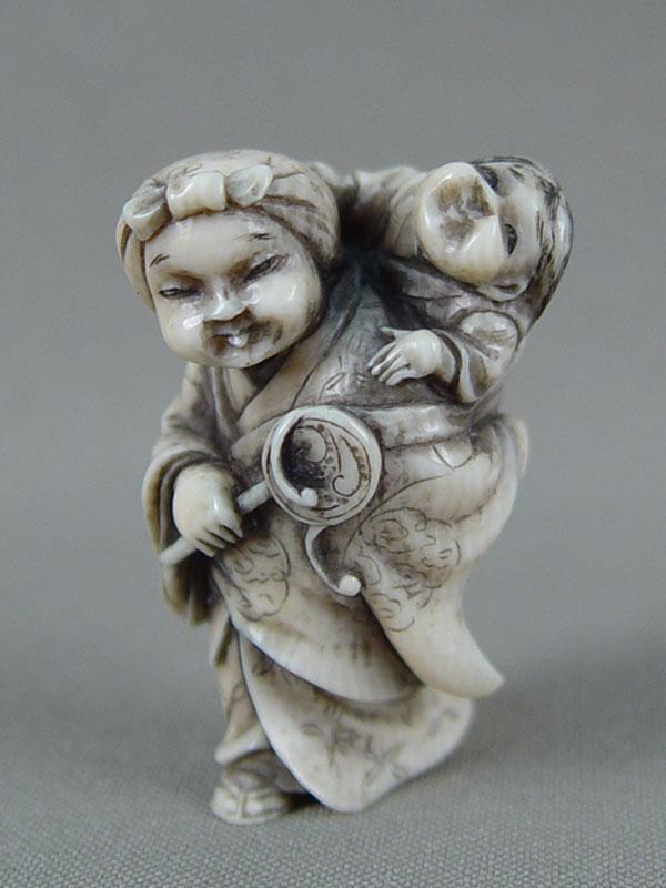 Нэцкэ «Женщина сребенком», кость, резьба. Япония, конец XIX— начало XXвека, высота— 4см