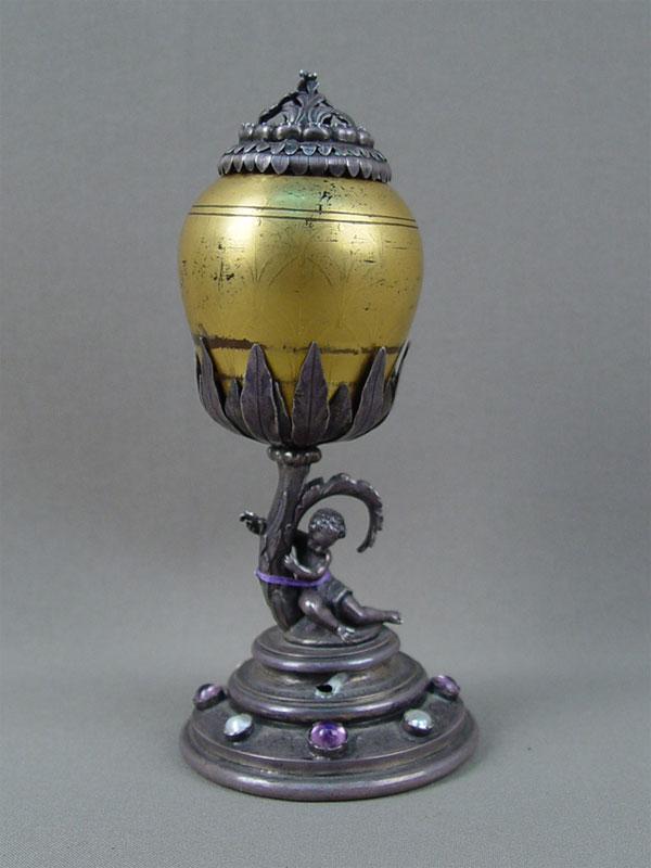 Флакон, серебро пореактиву (800пробы), высота— 15,5см. Вставки: стекло, жемчуг, аметисты
