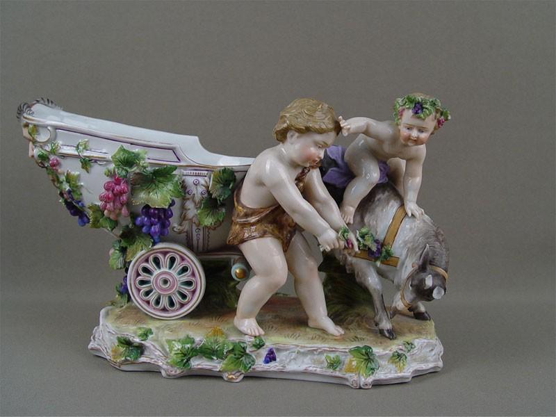 Ваза «Повозка ипутти скозлом», фарфор, роспись. Западная Европа, высота— 17см (сколы)