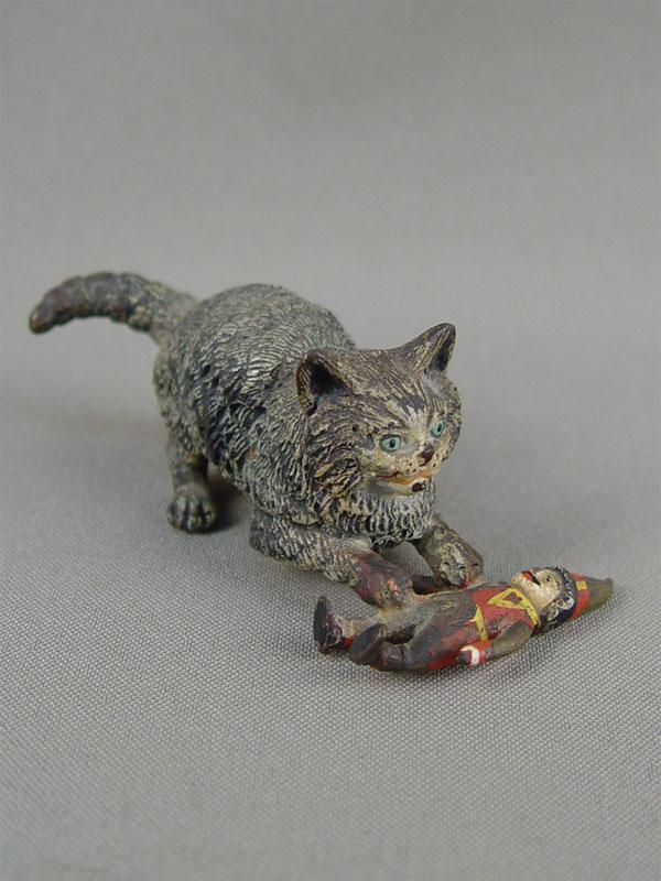 «Кошка скуклой», венская бронза, конец 19 — начало 20 века, длина— 8см, высота— 3см