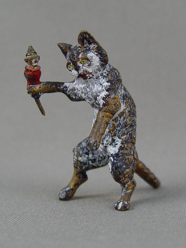 «Кошка смышкой вшапочке», венская бронза, конец 19 — начало 20 века, высота— 4,5см