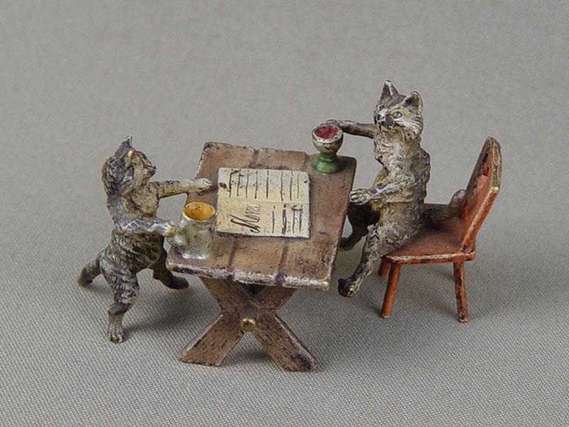 «Кошки вресторане», венская бронза, конец 19 — начало 20 века, высота— 4,5см, длина— 8см
