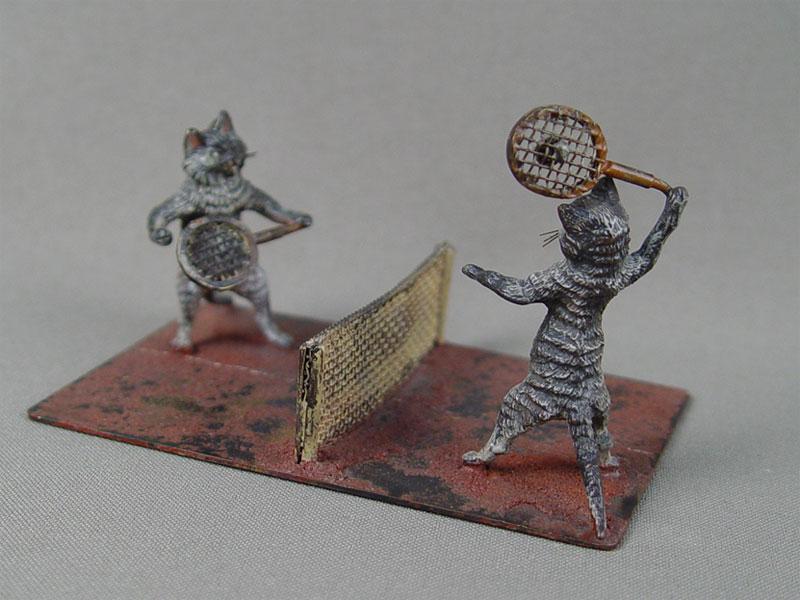 «Кошки играют вбольшой теннис», венская бронза, конец 19 — начало 20 века, высота— 7,5см, длина— 9см