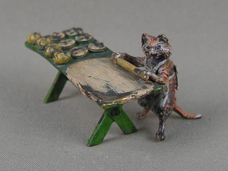 «Кот— кондитер», венская бронза, конец 19 — начало 20 века, высота— 4см, длина— 7см