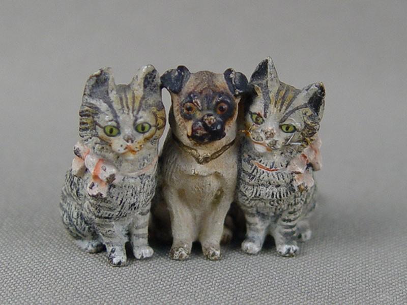 «Две кошки имопс», венская бронза,конец 19 — начало 20 века, высота— 2,5см, длина— 3,5см