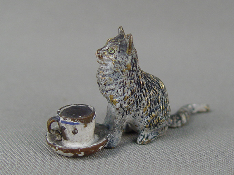 «Кошка счашкой кофе», венская бронза,конец 19 — начало 20 века, высота— 3см, длина— 5см