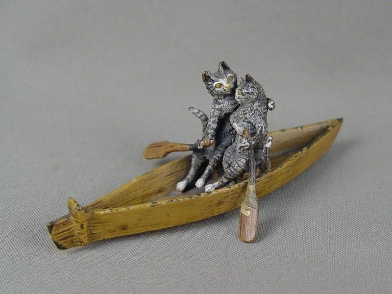 «Влюбленные кошки влодке», венская бронза, высота— 4см, длина— 10см