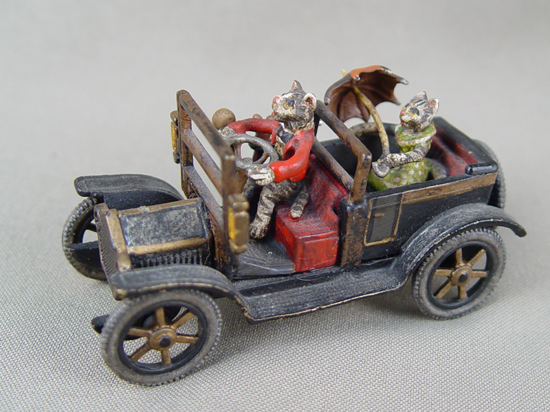 «Кошки вавтомобиле», венская бронза, нач 20 века, высота— 4см, длина— 7,5см
