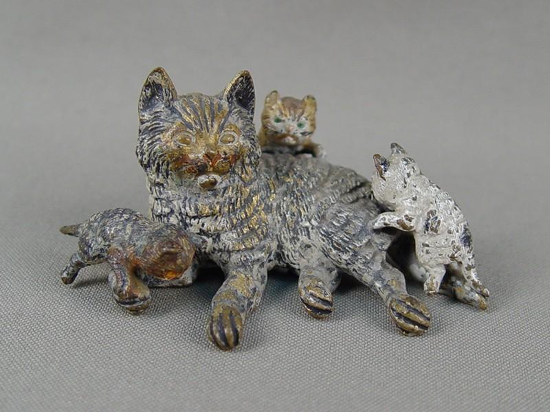 «Кошка стремя котятами», венская бронза, 19-20 век, высота— 3,5см, длина— 7см
