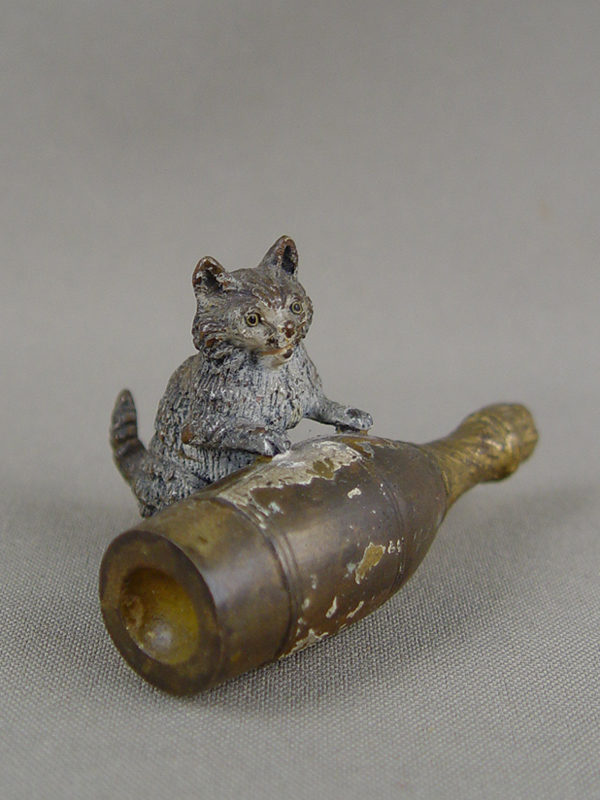 «Кошка сбутылкой шампанского», 19 век, венская бронза, высота— 4см