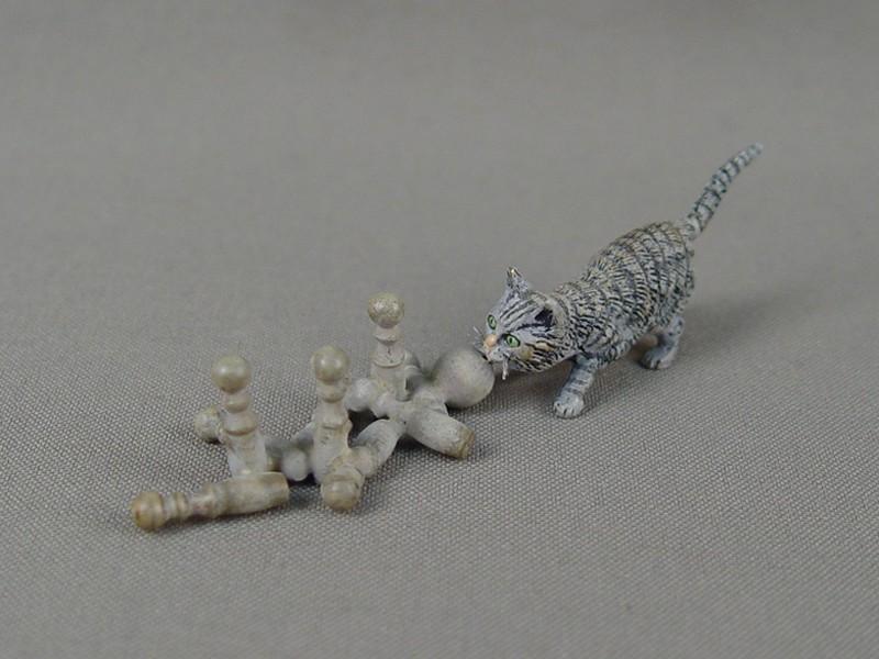 «Кошка скеглями»,нач 20 века, венская бронза, высота— 2см, длина— 8,5см
