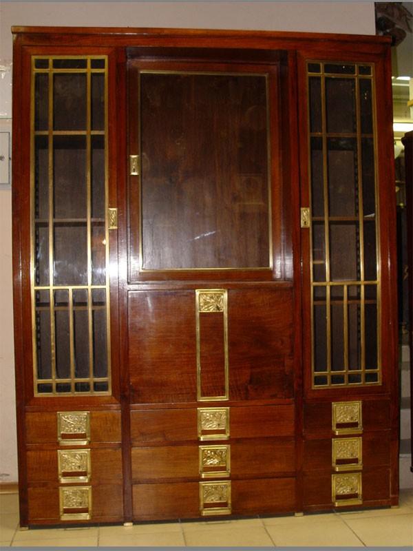 Шкаф книжный встиле модерн, красное дерево, накладная бронза. Россия, начало XXвека, предположительно выполнен попроекту Ф.О.Шехтеля дляособняка Рябушинского. размер: 188×147×42см