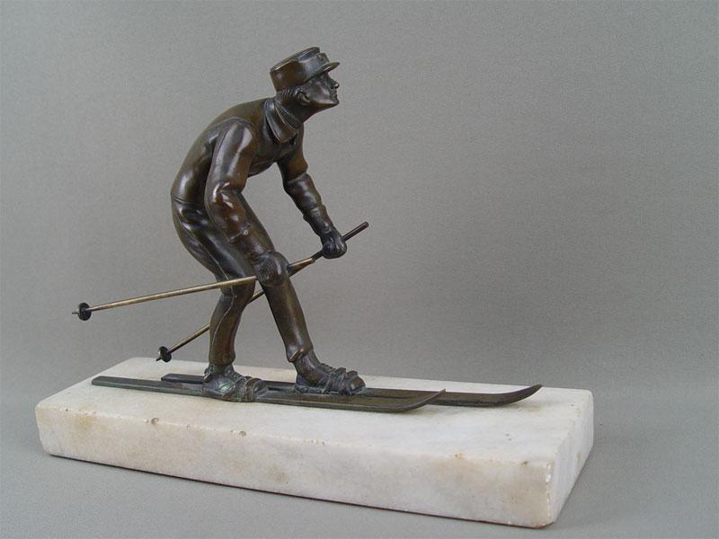 Скульптура «Лыжник», стиль арт-деко, бронза, литье, патинирование, мрамор. Вена или Берлин, 1920—1930-е годы, автор— Бруно Зах (Bruno Zach, 1891—1935), размер: 21,5×29см. Атрибуция.