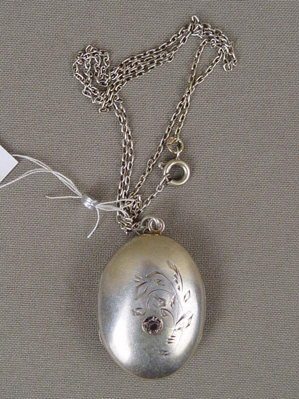 Подвеска— медальон сцепью, серебро 875пробы, стекло, общий вес— 15,4г.