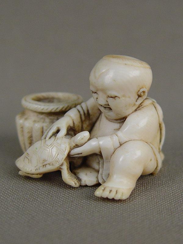 Нэцкэ «Мальчик счерепахой», кость, резьба. Япония, XIXвек, высота— 3см