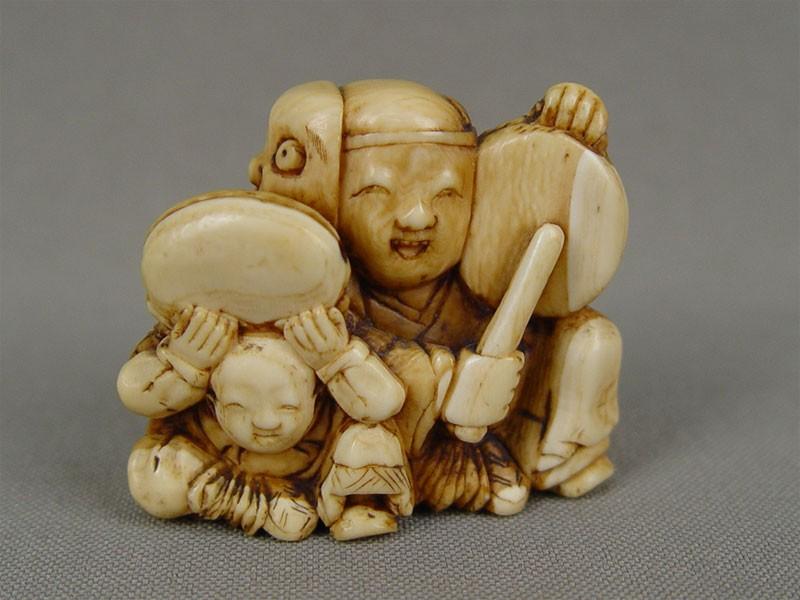 Нэцкэ «Каракобуддийскими барабанами», кость, резьба. Япония, XIXвек, высота— 3,5см